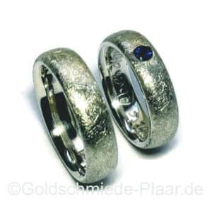 eismatte Trauringe aus Silber mit Saphir