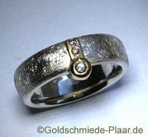 Schmuckstück aus Altgold - Ring aus Silber und Gold mit Brillanten