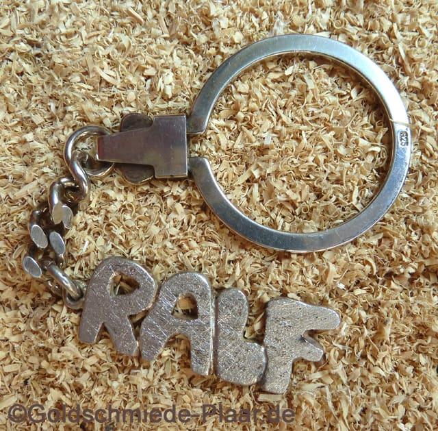 Schlüsselanhänger mit namen aus silber in handarbeit