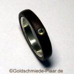 Ring aus Holz und Silber mit Demantoid