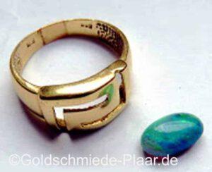 Ring aus altem Gold mit Opal