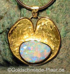 Kettenanhänger aus Gold mit Opal